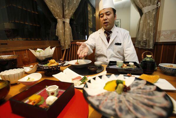 Lo chef parla del menu di un ristorante giapponese a Tokyo, in Giappone - Sputnik Italia