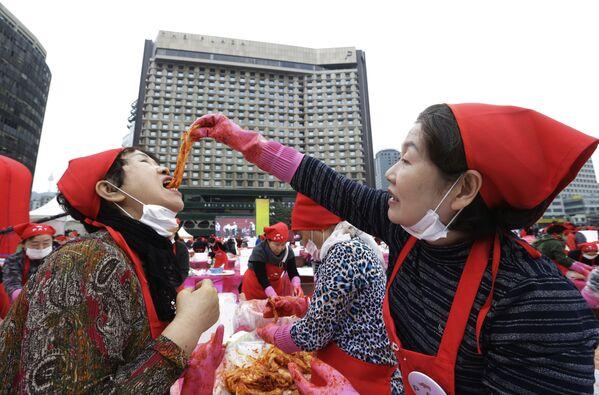 Una donna prova il kimchi durante un festival a Seoul, in Corea del Sud - Sputnik Italia