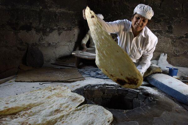 Una donna armena prepara il lavash, Armenia - Sputnik Italia