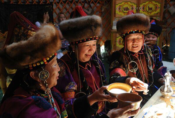 Le donne bevono kumis in una yurta tradizionale dei Buriati nel territorio della Dauria (Transbajkalia) - Sputnik Italia