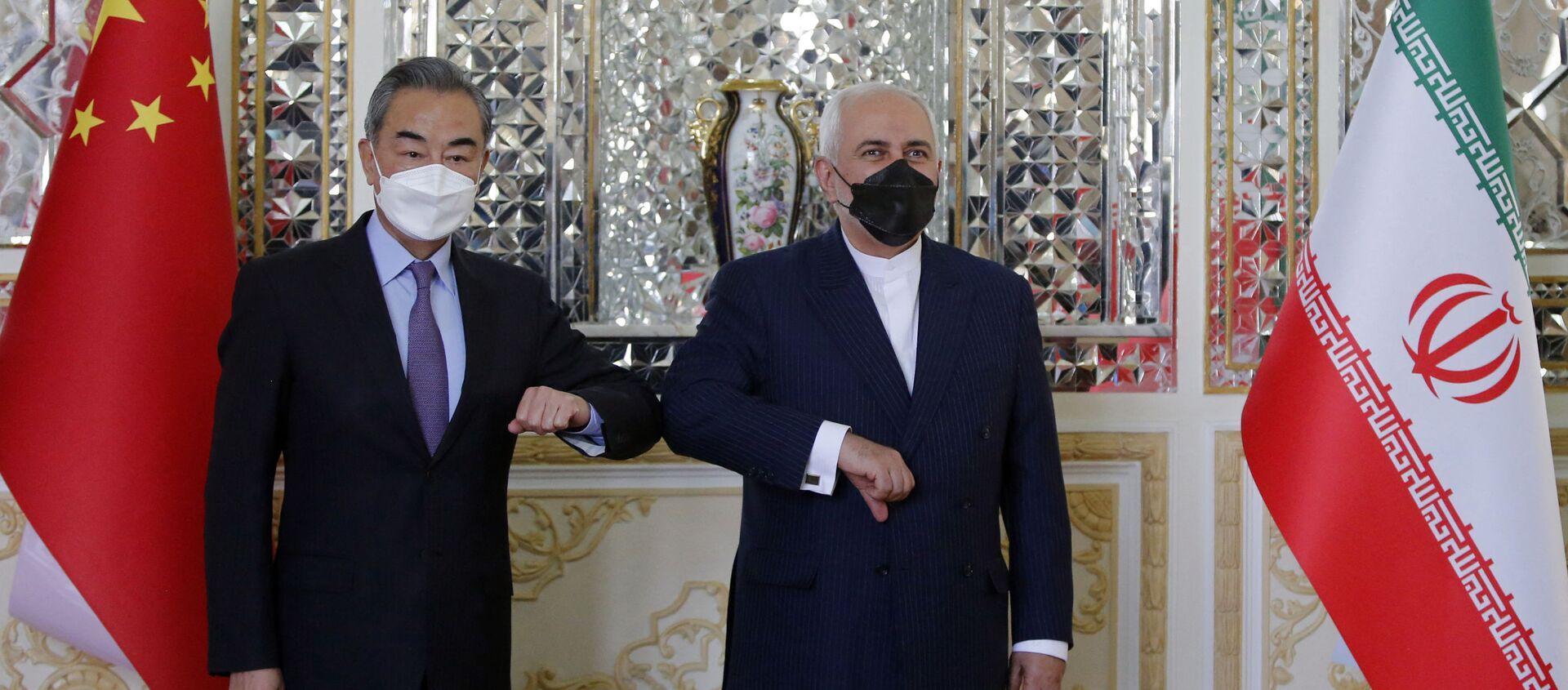 Министр иностранных дел Ирана Мохаммад Джавад Зариф приветствует своего китайского коллегу Ван И в столице Тегеране, Иран - Sputnik Italia, 1920, 27.03.2021