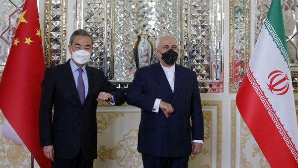 Министр иностранных дел Ирана Мохаммад Джавад Зариф приветствует своего китайского коллегу Ван И в столице Тегеране, Иран - Sputnik Italia