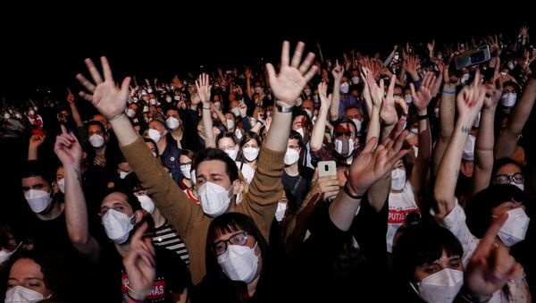 People wearing protective masks attend a concert of Love of Lesbian at the Palau Sant Jordi, the first massive concert since the beginning of the coronavirus disease (COVID-19) pandemic in Barcelona, Spain, March 27, 2021. - Sputnik Italia