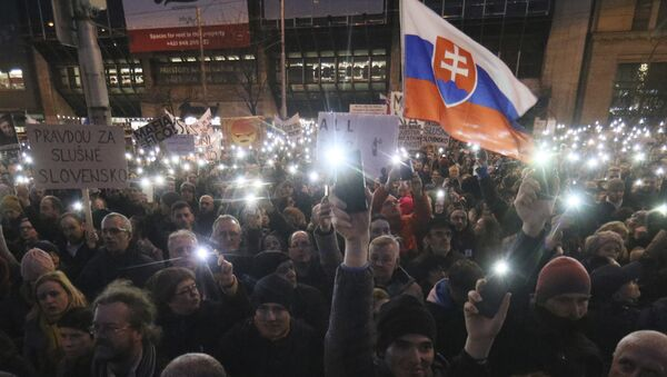 Demonstrators light with the torches of their smartphones during an anti-government rally in Bratislava, Slovakia, Friday, March 9, 2018. The country-wide protests demand a thorough investigation into the shooting deaths of Jan Kuciak and Martina Kusnirova, whose bodies were found in their home on Feb. 25, and also demand changes in the government. - Sputnik Italia