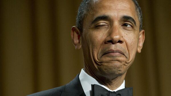 Президент США Барак Обама подмигивает, рассказывая анекдот о месте своего рождения во время ужина Ассоциации корреспондентов Белого дома в Вашингтоне, 2012 год  - Sputnik Italia