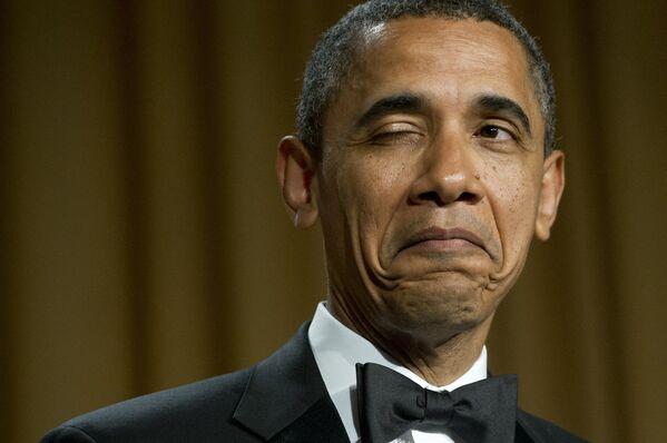 L'ex presidente degli Stati Uniti Barack Obama fa l'occhiolino mentre racconta una barzelletta sul suo luogo di nascita durante la cena dell'Associazione dei corrispondenti della Casa Bianca a Washington, USA, il 28 aprile 2012 - Sputnik Italia