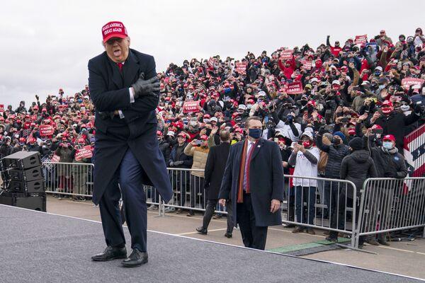 L'ex presidente Donald Trump scherza sul tempo freddo mentre arriva per un comizio elettorale al Michigan Sports Stars Park, domenica 1 novembre 2020, a Washington, USA - Sputnik Italia