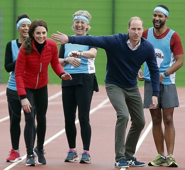Catherine, duchessa di Cambridge, e il Principe William, duca di Cambridge, condividono una battuta all'inizio di una staffetta al Parco Parco Olimpico di Londra, il 5 febbraio 2017 - Sputnik Italia