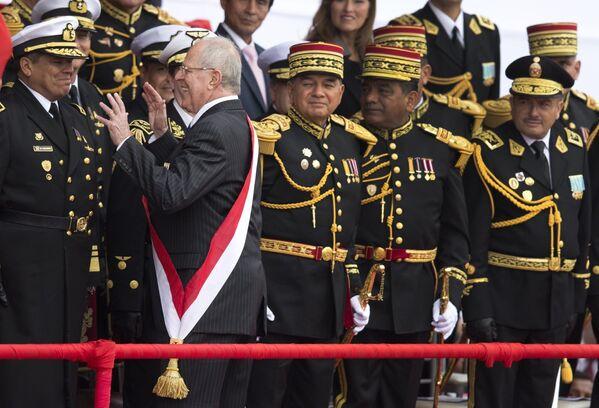 Il presidente del Perù Pedro Pablo Kuczynski, scherza di fronte agli ufficiali mentre arriva alla parata militare che segna l'indipendenza del paese dalla Spagna, a Lima, Perù, venerdì 29 luglio 2016 - Sputnik Italia