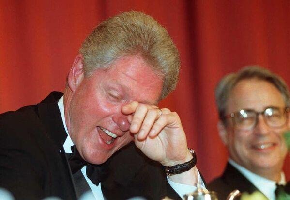 L'ex presidente degli Stati Uniti Bill Clinton asciuga le lacrime di risate mentre lui e il Presidente dell'Associazione dei Corrispondenti della Casa Bianca Carl P. Leubsdorf ascoltano la battuta del comico Al Franken durante la cena annuale dell'associazione a Washington, il 4 maggio 1996 - Sputnik Italia