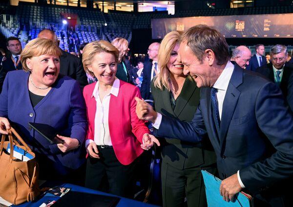 Il presidente del Partito popolare europeo Donald Tusk scherza con la cancelliera tedesca Angela Merkel, la presidente della Commissione europea Ursula von der Leyen e la presidente croata Kolinda Grabar Kitarovic durante il congresso del Partito popolare europeo a Zagabria, il 20 novembre 2019 - Sputnik Italia