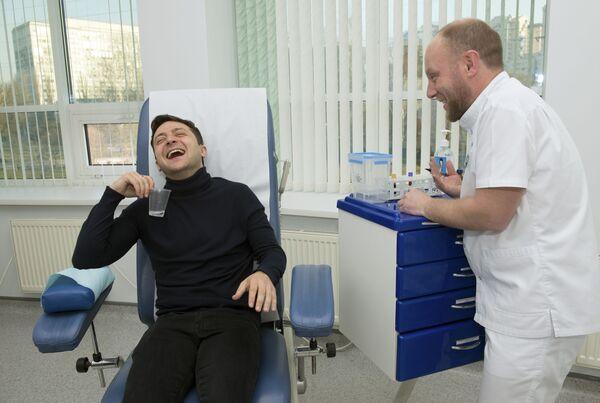 Volodymyr Zelensky scherza mentre fa un esame del sangue a Kiev, in Ucraina, venerdì 5 aprile 2019 - Sputnik Italia