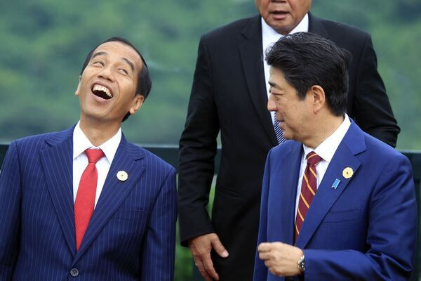 Il presidente indonesiano Joko Widodo ride mentre parla con il primo ministro giapponese Shinzo Abe durante la sessione di foto durante il vertice della cooperazione economica Asia-Pacifico (APEC) a Danang, Vietnam, sabato 11 novembre 2017 - Sputnik Italia