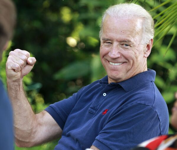 Biden scherza sul fatto di evitare un errore di Blumenthal, un riferimento alle dichiarazioni errate del procuratore generale del Connecticut riguardo al servizio in Vietnam, martedì 25 maggio 2010 - Sputnik Italia