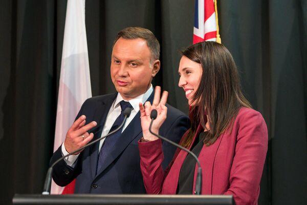 Il presidente della Polonia Andrzej Duda e la prima ministra della Nuova Zelanda Jacinda Ardern condividono una battuta sul numero delle firme durante una cerimonia ad Auckland il 22 agosto 2018 - Sputnik Italia