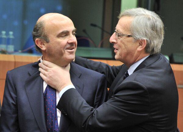 Il ministro delle finanze spagnolo Luis De Guindos e l'ex Presidente della Commissione europea Jean-Claude Juncker scherzano prima di un incontro sulla zona euro il 12 marzo 2012 presso la sede dell'UE a Bruxelles - Sputnik Italia