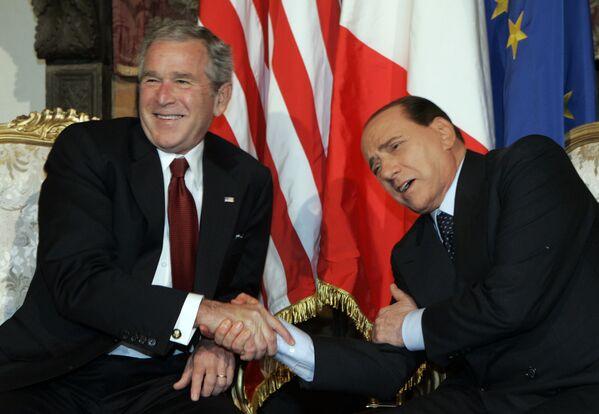 L'ex premier italiano Silvio Berlusconi scherza con l'ex presidente degli Stati Uniti George W. Bush durante un incontro a Villa Madama a Roma, giovedì 12 giugno 2008 - Sputnik Italia