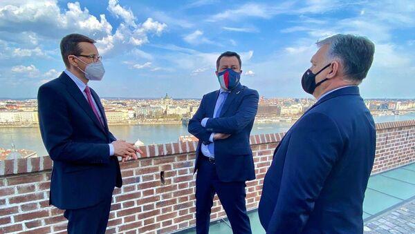 Matteo Salvini a Budapest con il premier ungherese Viktor Orbán e il premier polacco Mateusz Morawiecki - Sputnik Italia