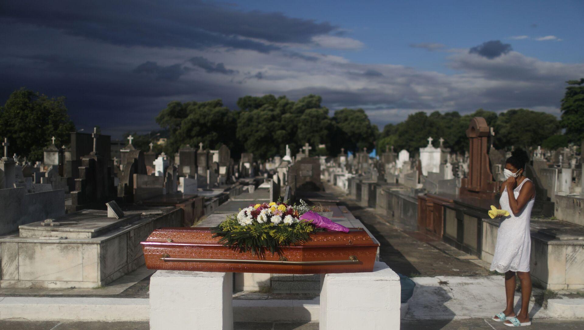 Cimitero in Brasile, funerale di una vittima del Covid-19 - Sputnik Italia, 1920, 17.04.2021