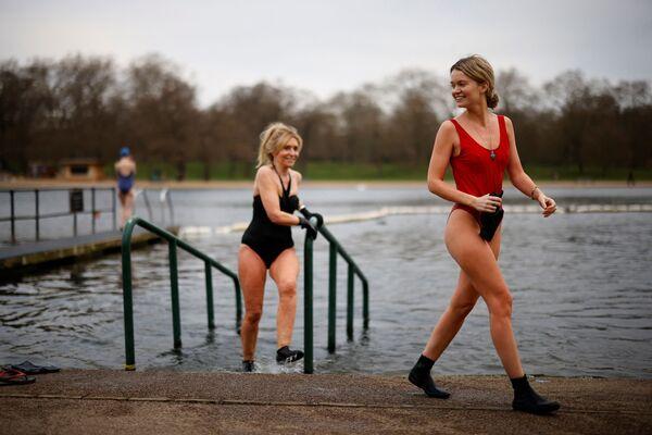 Le ragazze escono dall'acqua dopo aver fatto un tuffo nel piscino nel Serpentine Lido di Hyde Park, Londra, il 29 marzo 2021 - Sputnik Italia