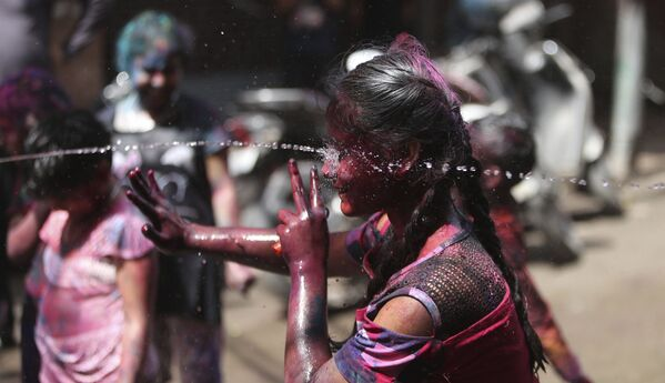 I bambini indiani spruzzano acqua mentre celebrano Holi a Jammu, in India, domenica 28 marzo 2021 - Sputnik Italia