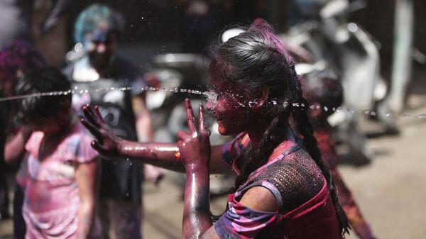 Индийские дети разбрызгивают воду во время фестиваля Холи в Джамму, Индия - Sputnik Italia