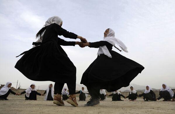 Le ragazze afgane giocano in una scuola elementare a Kabul, Afghanistan, sabato 27 marzo 2021 - Sputnik Italia