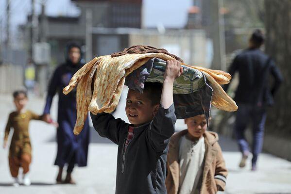 Un ragazzo afghano porta il pane sulla testa a Kabul, Afghanistan, lunedì 29 marzo 2021 - Sputnik Italia