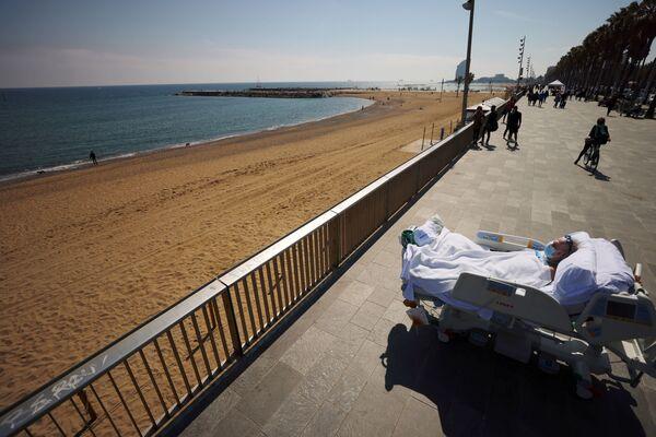 Il paziente Joan Soler Sendra, 63 anni, sordo e muto, guarda il mare come parte di una sessione di terapia del mare, a Barcellona, Spagna, il 25 marzo 2021 - Sputnik Italia