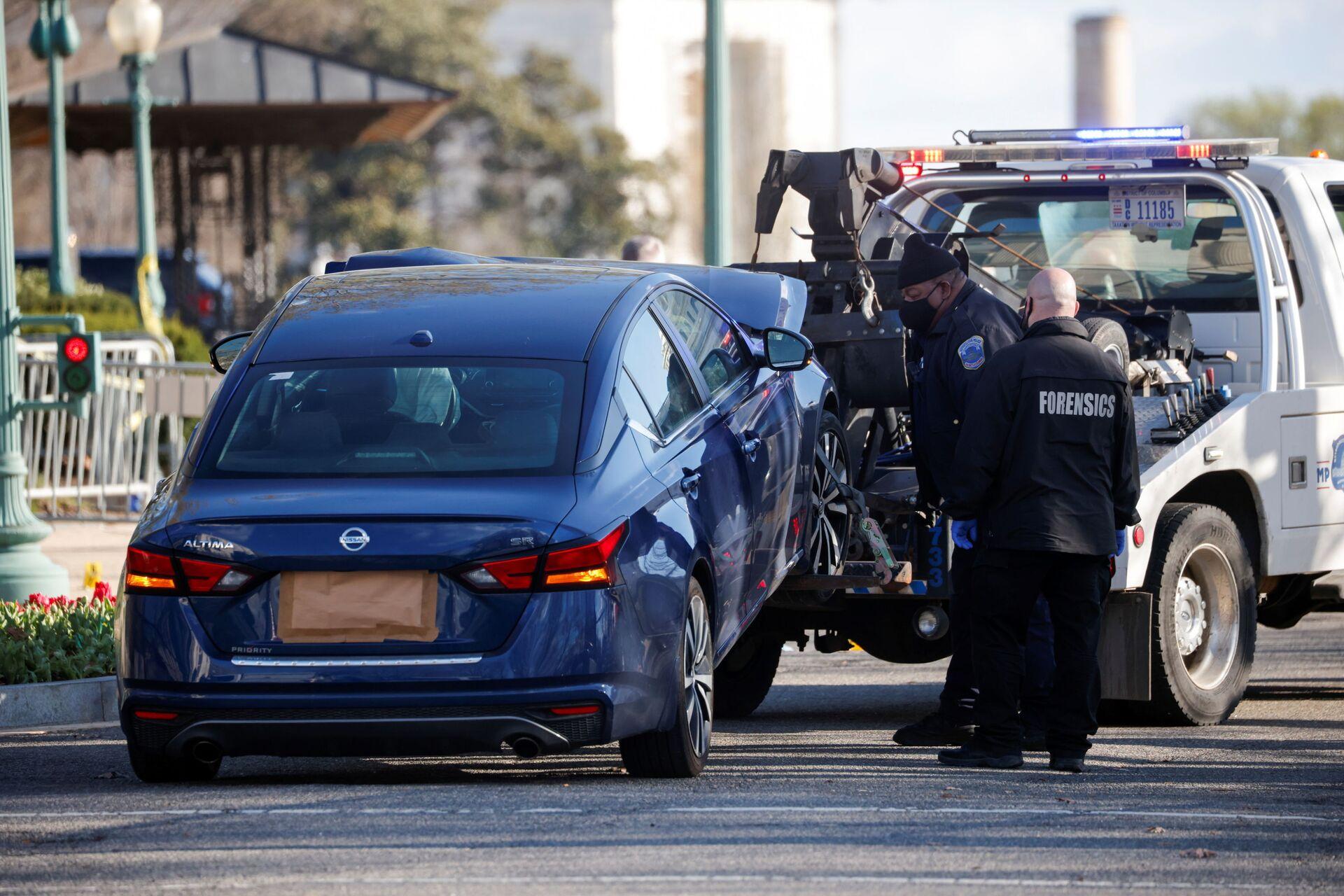 Un carro attrezzi traina l'auto usata per speronare una barricata della polizia fuori dal Campidoglio degli Stati Uniti a Capitol Hill, Washington, 2 aprile 2021. - Sputnik Italia, 1920, 18.05.2021