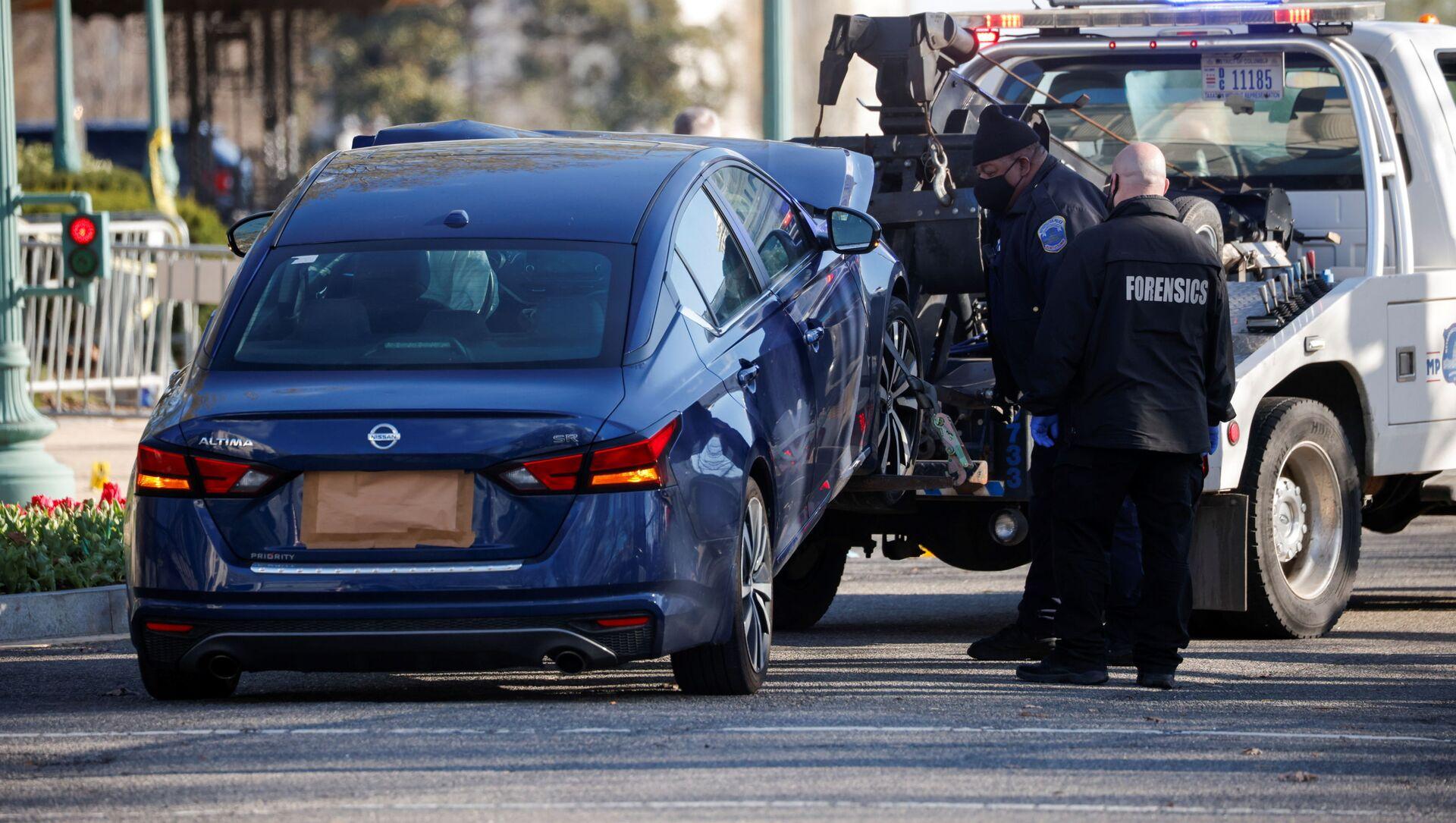 Un carro attrezzi traina l'auto usata per speronare una barricata della polizia fuori dal Campidoglio degli Stati Uniti a Capitol Hill, Washington, 2 aprile 2021. - Sputnik Italia, 1920, 06.04.2021
