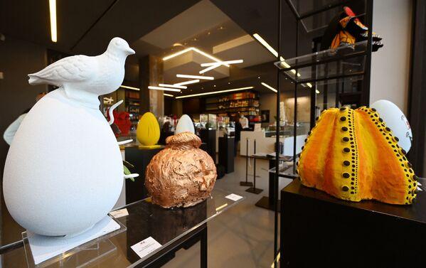 Le uova di Pasqua di cioccolato in onore di vari artisti di USA, Spagna e Giappone in una pasticceria a Roma - Sputnik Italia
