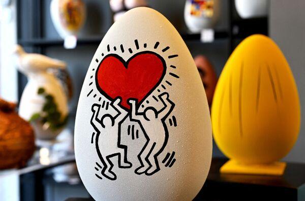 Uovo di Pasqua di cioccolato nello stile dell'artista americano Keith Haring in una pasticceria a Roma - Sputnik Italia