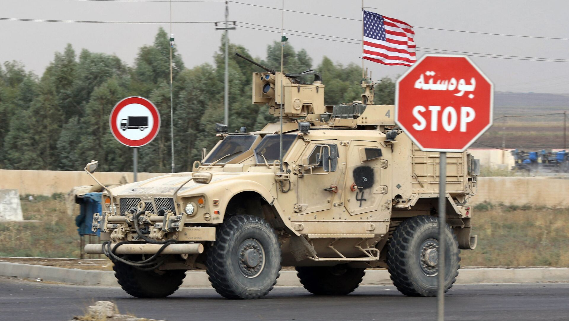 A US military vehicle, part of a convoy, arrives near the Iraqi Kurdish town of Bardarash in the Dohuk governorate after withdrawing from northern Syria on October 21, 2019 - Sputnik Italia, 1920, 03.04.2021