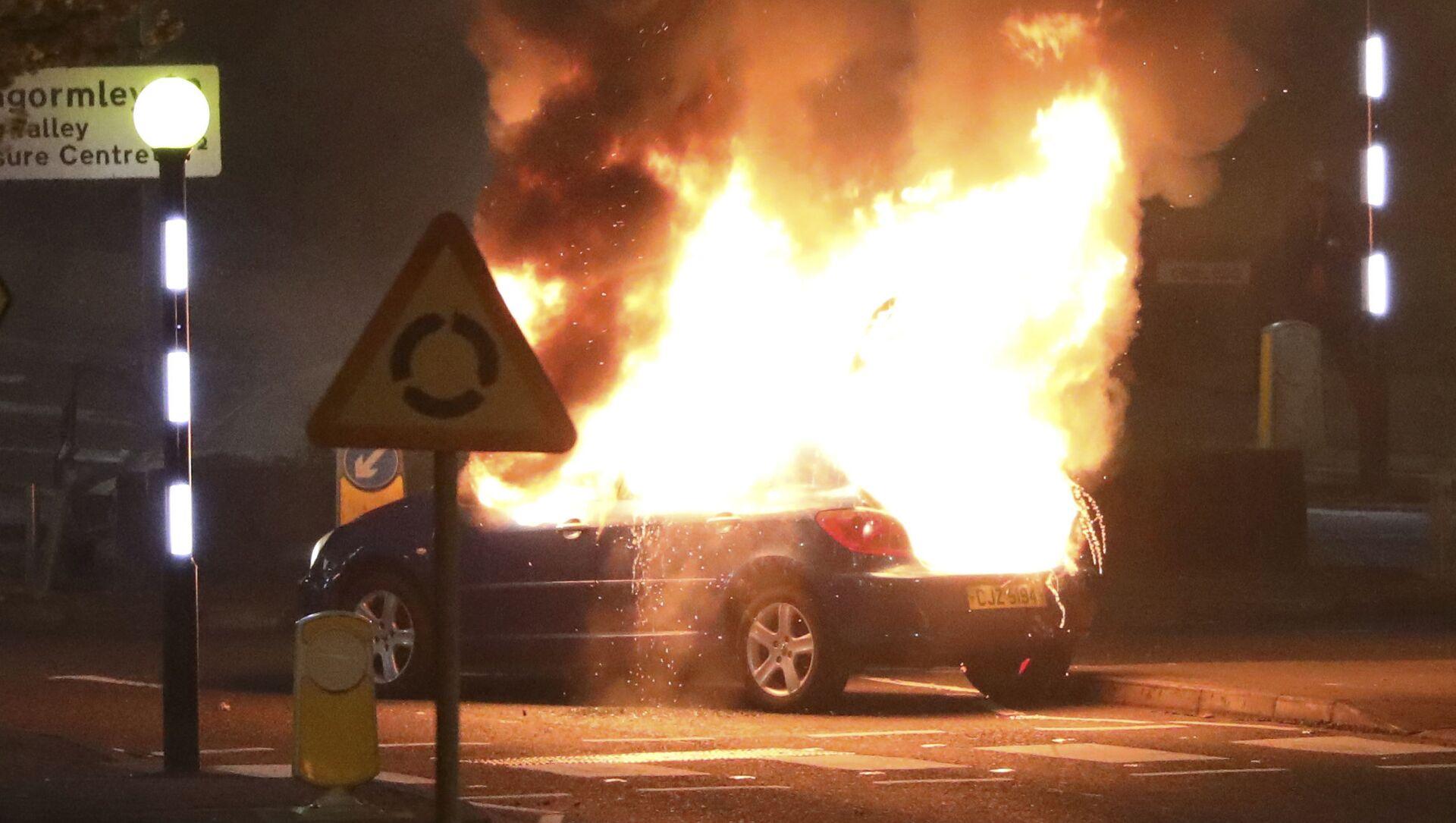 Auto incendiata dagli unionisti durante le rivolte alla rotonda di Cloughfern, Belfast, Irlanda del Nord, sabato 3 aprile 2021. - Sputnik Italia, 1920, 05.04.2021