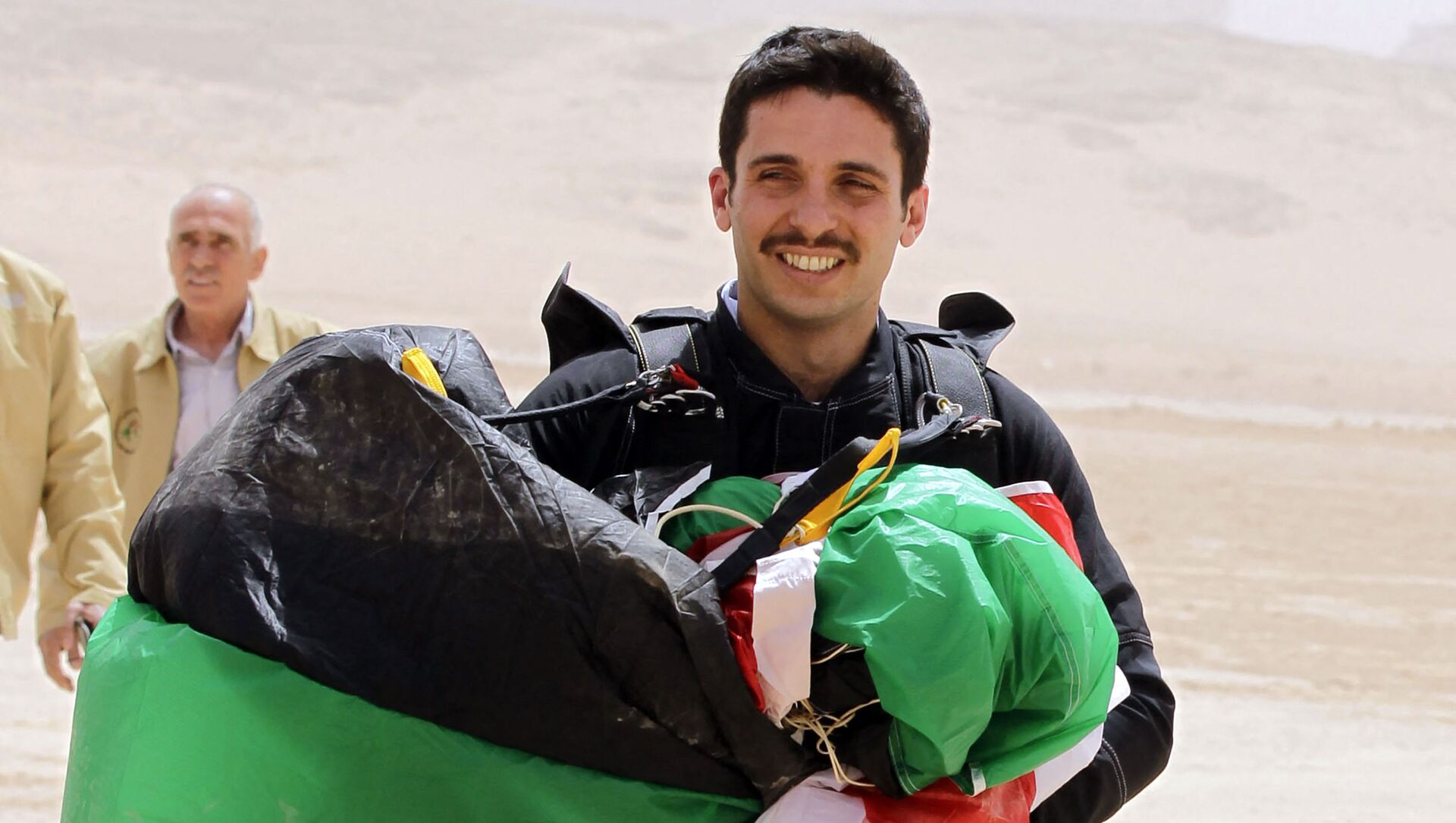 In this file photo taken on April 17, 2012 shows Jordanian Prince Hamzah bin al-Hussein, president of the Royal Aero Sports Club of Jordan, carries a parachute during a media event to announce the launch of Skydive Jordan, in the Wadi Rum desert. - A top former Jordanian royal aide was among several suspects arrested on April 3, 2021, as the army cautioned Prince Hamzah bin Hussein, the half-brother of King Abdullah II against damaging the country's security. - Sputnik Italia, 1920, 05.04.2021