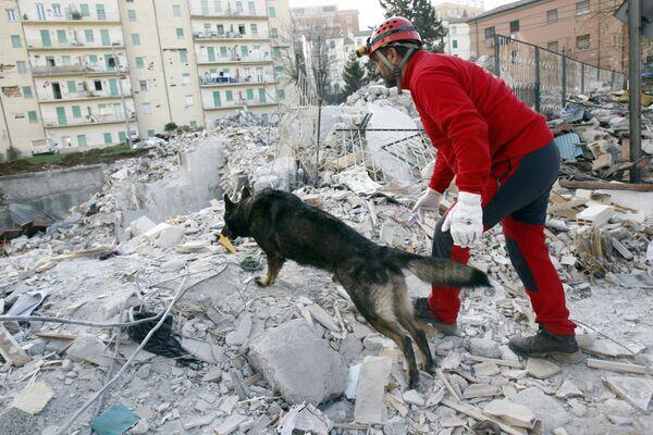 A 12 anni dal terremoto in Abruzzo, la pandemia ha impedito, per il secondo anno consecutivo, la tradizionale fiaccolata della memoria - Sputnik Italia