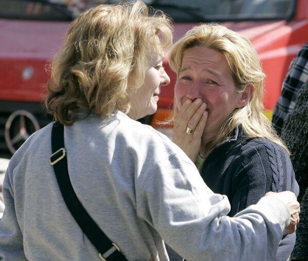 Una donna piange dopo un forte terremoto nella città italiana di l'Aquila - Sputnik Italia