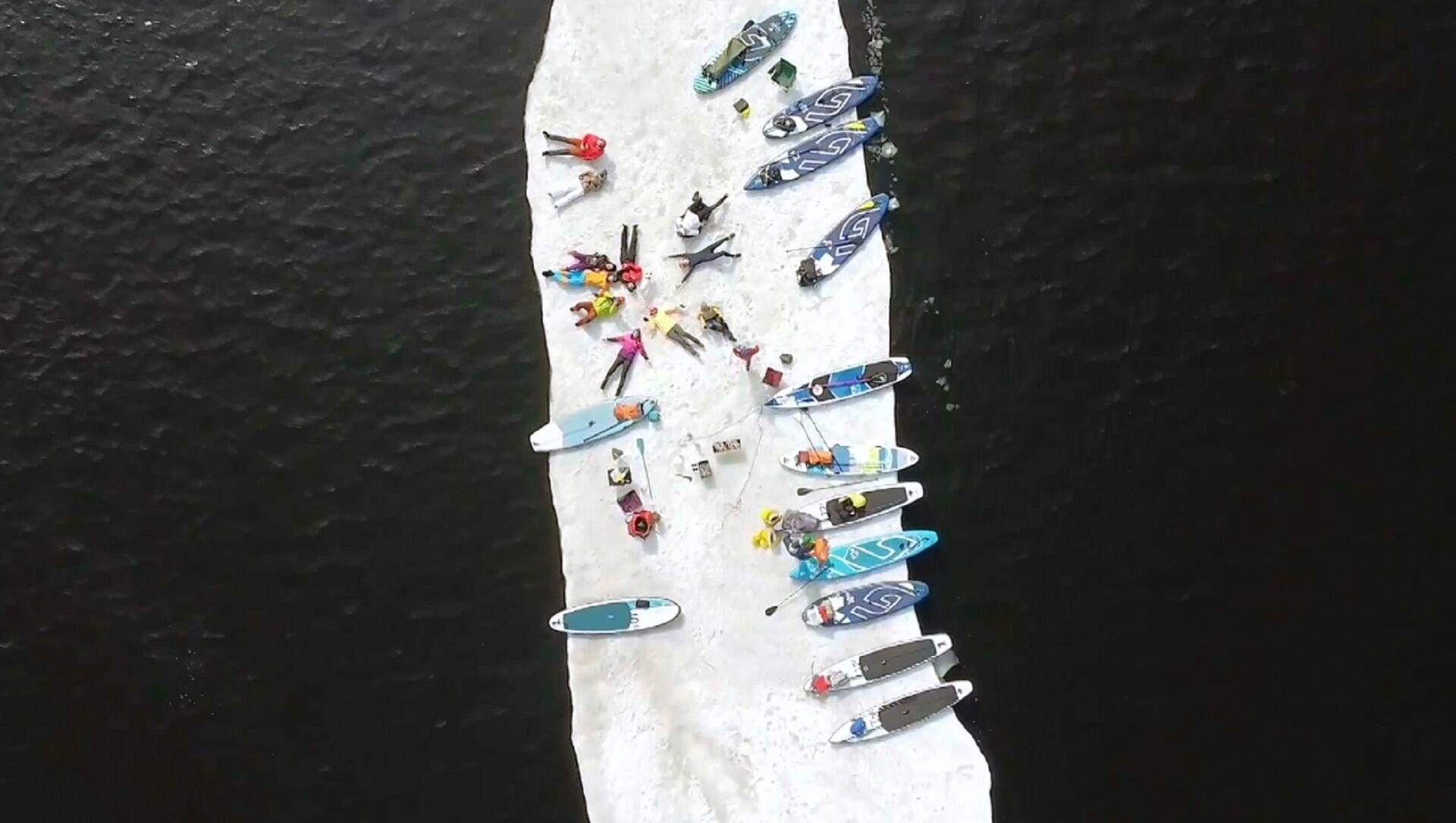 In Russia appassionati di sup surf fanno un giro su...una lastra di ghiaccio - Sputnik Italia, 1920, 07.04.2021
