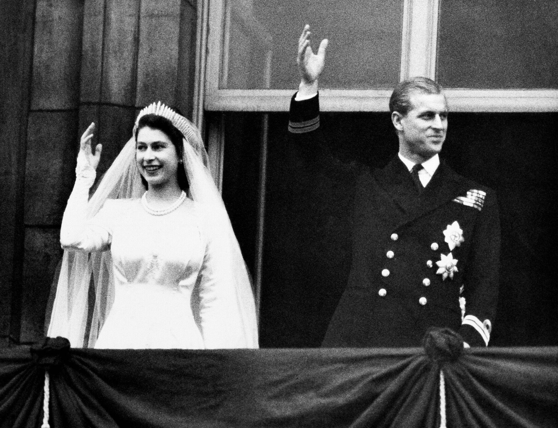 La regina Elisabetta II e il principe Filippo durante il giorno delle loro nozze, 1947 - Sputnik Italia, 1920, 18.05.2021