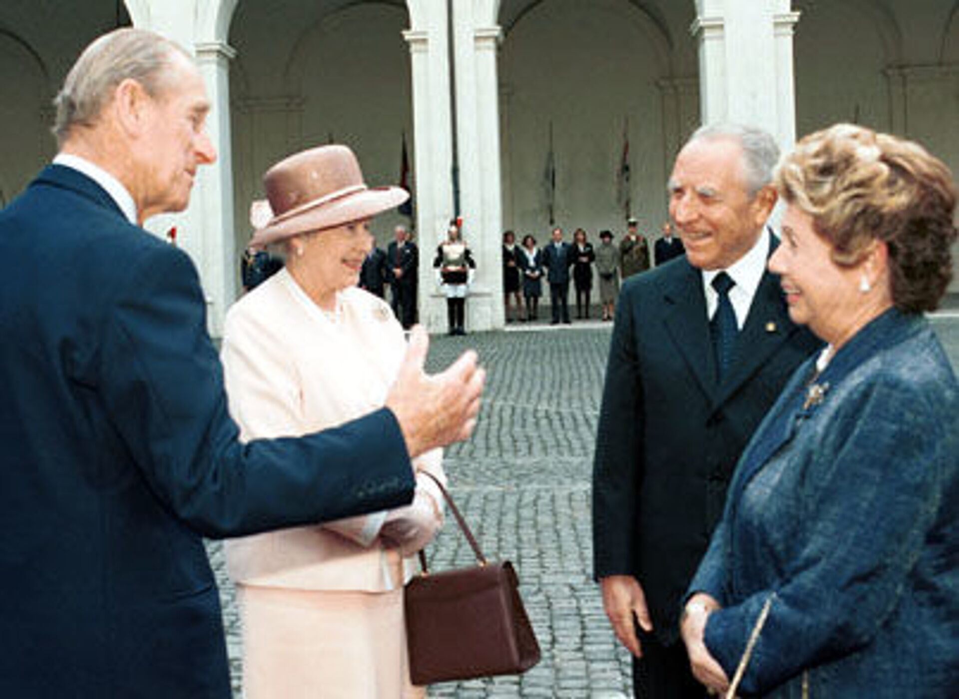 La Regina Elisabetta II e il Principe Filippo con Carlo Azeglio Ciampi e la moglie Franca Pilla nel 2000 - Sputnik Italia, 1920, 18.05.2021