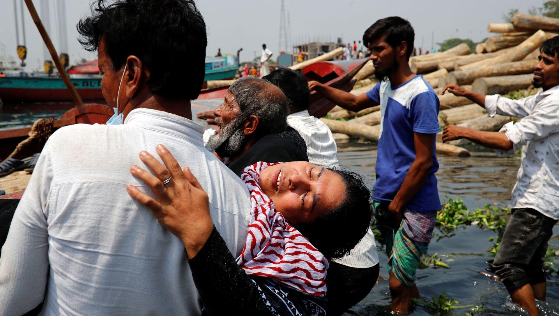 Люди скорбят о гибели родных в результате столкновения парома с грузовым судном на реке Шиталахсяа в Нараянгандже, Бангладеш - Sputnik Italia, 1920, 03.05.2021