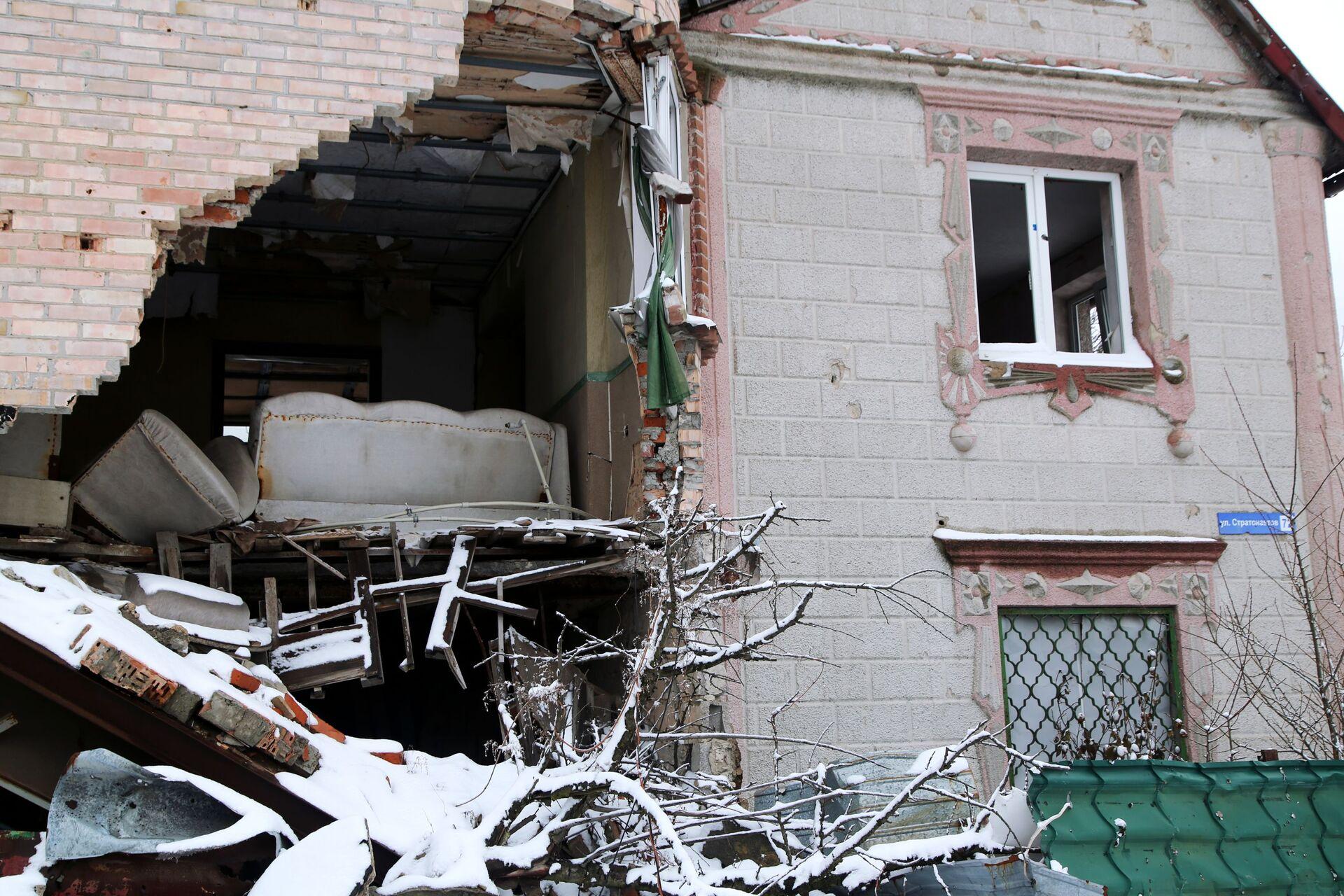 Una casa bombardata lungo la linea di contatto nel Donbass - Sputnik Italia, 1920, 18.05.2021