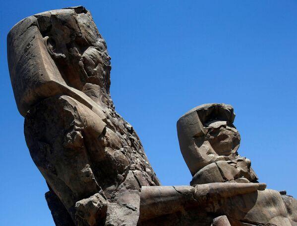 Colossi di Memnon, le rovine di due statue di pietra che custodivano il tempio funerario costruito per il faraone Amenhotep III nei pressi di Luxor, in Egitto - Sputnik Italia