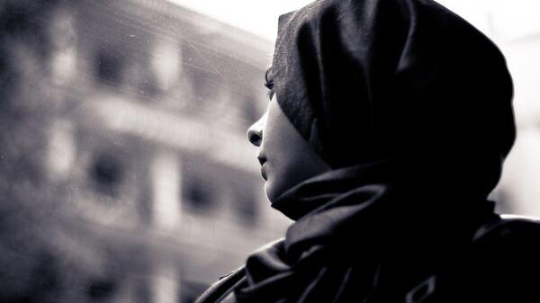 Una donna che indossa un hijab - Sputnik Italia