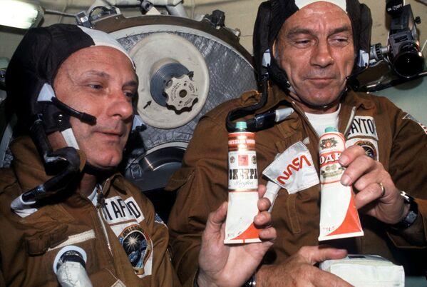 Gli astronauti americani Thomas Stafford e Donald Slayton con tubetti di cibo sovietico nell'orbiter Soyuz - Sputnik Italia