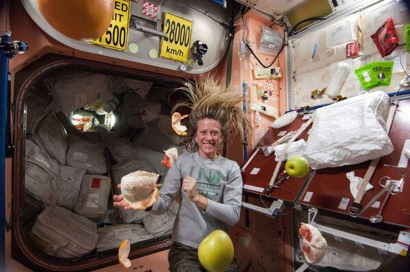 L'astronauta americana Karen Nyberg con frutta volante sulla ISS - Sputnik Italia