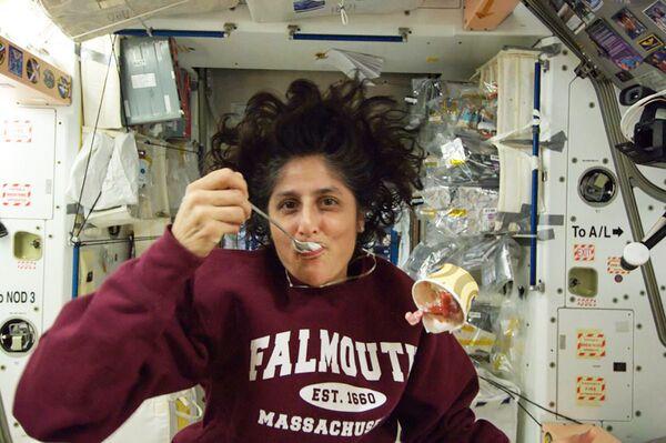 L'astronauta americana Sunita Williams mangia il gelato a bordo della ISS - Sputnik Italia