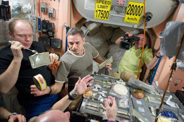 I membri della 23a spedizione sulla ISS durante il pranzo - Sputnik Italia