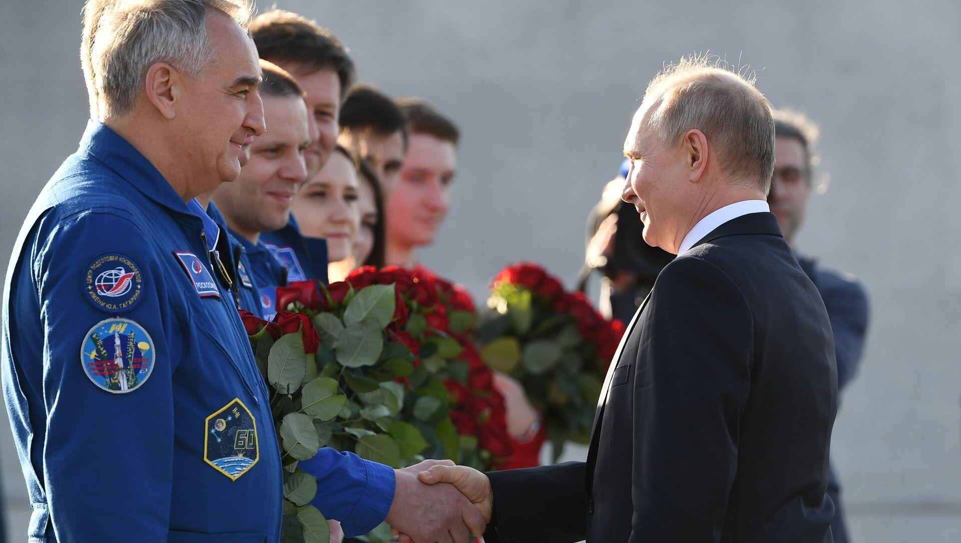 Vladimir Putin ha visitato il monumento a Yury Gagarin  - Sputnik Italia, 1920, 12.04.2021